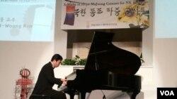 지난달 24일 재미탈북민연대가 주최한 탈북자 및 북한 주민 돕기 자선 콘서트에서 탈북자 출신 피아니스트 김철웅 씨가 연주 중이다.