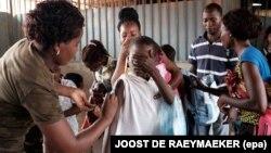 지난 2월 앙골라 루안다의 한 시장에서 황열병 예방접종을 하고 있다. (자료사진)