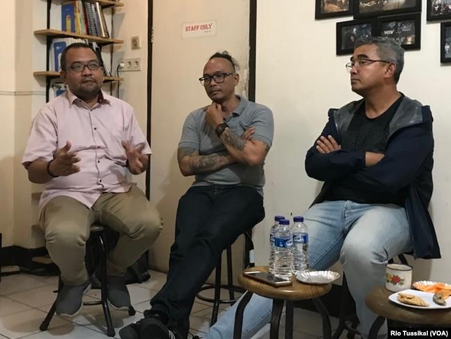Kiri ke kanan: Direktur ICJR Anggara Suwahju, Aktivis Rumah Cemara Ardhany Suryadarma, dan Anggota DPR RI Muhammad Farhan, dalam diskusi mengenai narkotika di Bandung, Jumat, 27 Desember 2019. (VOA/Rio Tuasikal)