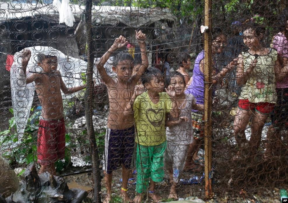 필리핀 마닐라 북쪽 케손 인근 마약사범 급습 현장을 지켜보고 있는 어린이들. 로드리고 두테르테 대통령이 주도하는 '마약과의 전쟁' 일환으로 진행된 이날 단속에서 용의자 2명이 사살되고 90명이 검거됐다.