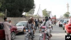 جنگ بندی کے اعلان کے بعد طالبان جنگجو افغان شہر غزنی کی ایک شاہراہ پر گھوم رہے ہی۔ (فائل فوٹو)