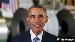 Presiden Obama menyampaikan pirate mingguannya dari Gedung Putih, 4 October 2014.
