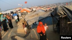 A Rohingya refugee woman walks in the Kutupalong refugee camp in Cox's Bazar, Bangladesh, November 21, 2017. REUTERS/Mohammad Ponir Hossain - RC143B7FFE90