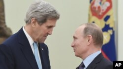 Američki šef diplomatije Džon Keri i ruski predsednik Vladimir Putin u Moskvi 15. decembra 2016. (Arhiva)