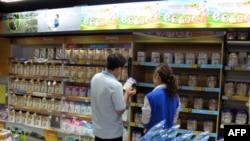 家长在北京超市谨慎挑选婴儿配方奶粉(资料照片)