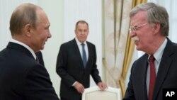 Ruski predsjednik Vladimir Putin rukuje se sa američkim savjetnikom za nacionalnu bezbjednost Johnom Boltonom, Kremlj, 27. jun 2018.