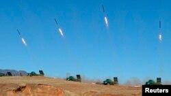 Unit artileri militer Korea Utara melakukan latihan militer (11/3).