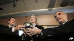 Achim Steiner (l) director of the U.N. environment program, WWF Director Jim Leape and International Railroad Union director Jean-Pierre Loubinoux, right hold the people's orb aboard the Climate Express (File Photo)