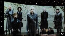 """ARCHIVO-El elenco de """"Game of Thrones"""" acepta un premio Emmy por Mejor Drama. Los Ángeles, California, 17/9/18."""