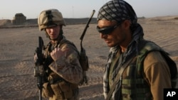 AQSh askari afg'on tarjimoni bilan chegarani tekshirayapti. Hilmand viloyati, 19-sentabr 2009-yil.