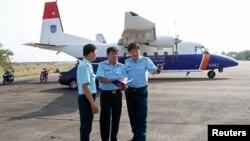 Phó tham mưu Quân chủng phòng không Đỗ Đức Minh (phải) đứng trước máy bay tìm kiếm cứu hộ CASA 212 trong cuộc tìm kiếm chiếc máy bay Malaysia Airlines MH370 bị mất tích năm 2014. Chiếc máy bay CASA-212 vừa bị rơi thuộc về lực lượng cứu hộ cứu nạn quốc gia Việt Nam.