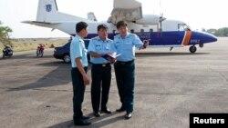 Hình minh họa - Phó tham mưu Quân chủng phòng không Đỗ Đức Minh (phải) đứng trước máy bay tìm kiếm cứu hộ CASA 212 trong cuộc tìm kiếm chiếc máy bay Malaysia Airlines MH370 bị mất tích năm 2014. Chiếc máy bay CASA-212 vừa bị rơi thuộc về lực lượng cứu hộ cứu nạn quốc gia Việt Nam.