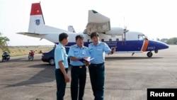 Phó tham mưu Quân chủng phòng không Đỗ Đức Minh (phải) đứng trước một chiếc máy bay tìm kiếm cứu hộ CASA 212 trong cuộc tìm kiếm chuyến bay Malaysia Airlines MH370 mất tích năm 2014. Chiếc máy bay CASA-212 bị rơi thuộc lực lượng cứu hộ cứu nạn quốc gia Việt Nam.