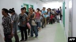 Orangtua di China mengantre agar anak mereka mendapatkan vaksin campak dalam kampanye nasional melawan penyakit itu di Hefei, provinsi Anhui. (Foto: Dok)
