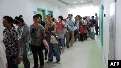 家长在安徽合肥一所医院排队给孩子注射麻疹疫苗 (资料照片)