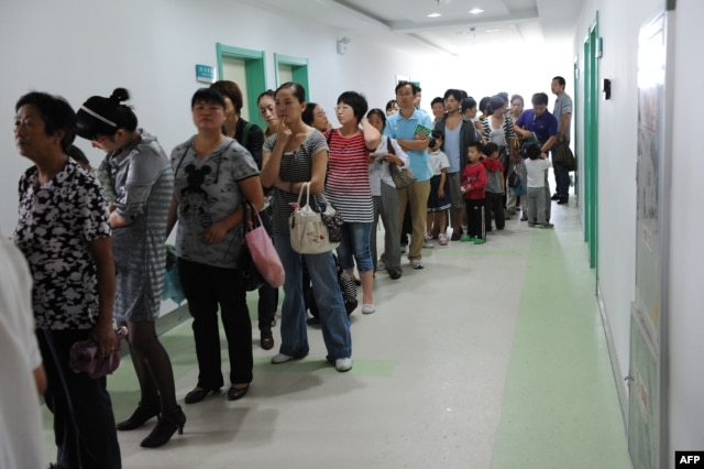 Chinese parents queue up to get their children inoculated against measles as part of a free 10-day nationwide campaign to urge parents to participate amid public fears about the safety of the inoculations in Hefei, in eastern China's Anhui province on Sept. 11, 2010.