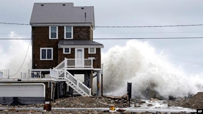 Una casa en Marshfield, Massachusetts parece no poder resistir la fuerte marejada.