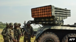 Des soldats des Forces armées de la République démocratique du Congo (FARDC) près d'un lance-roquettes à Matombo, à 35 km au nord de Beni, au Nord-Kivu, le 13 janvier 2018.