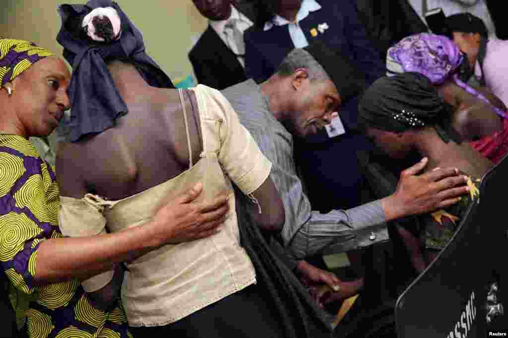 آزادی ۲۱ دختر از دست بوکو حرام. دختران آزاد شده با معاون رئیس جمهور نیجریه دیدار می کنند.