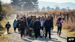 Para pengungsi Suriah memasuki perbatasan Yunani-Macedonia dekat kota Gevgelija bulan lalu (foto: dok).
