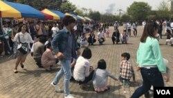 Cambodian migrant workers are seen celebrating Khmer New Year in Manseok Park, Suwon, South Korea, Sunday April 16, 2017. (Sok Khemara/VOA Khmer)