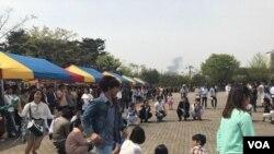 Cambodian migrant workers celebrate Khmer New Year in Manseok Park in Suwon, South Korea, Sunday April 16th, 2017. (Sok Khemara/VOA Khmer)