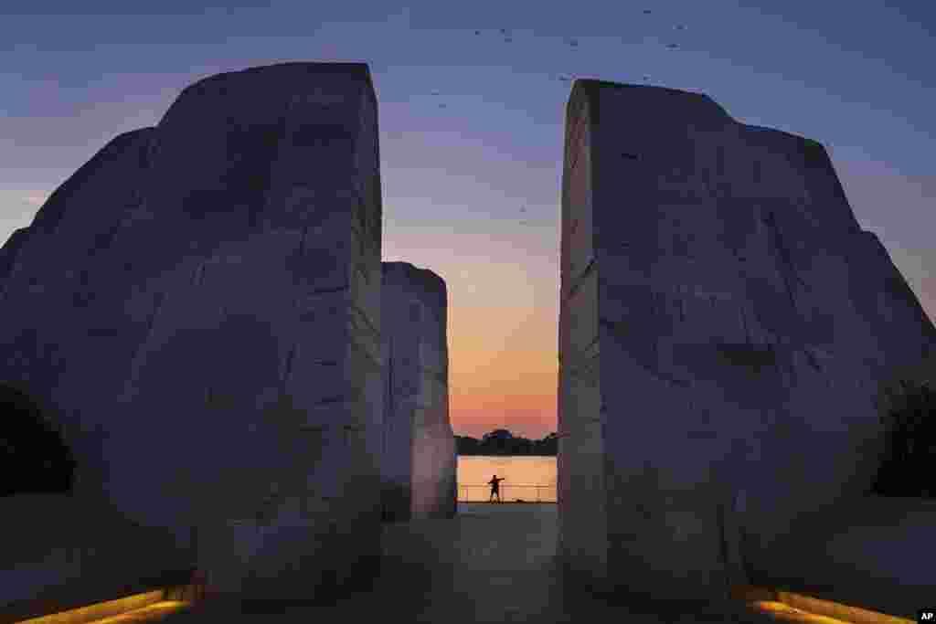 2018年10月1日,華盛頓黎明時分,潮汐湖畔的馬丁路德金紀念園。