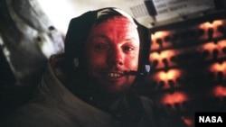 Нил Армстронг в кабине лунного модуля. 20 июля 1969 года