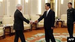 Bộ trưởng Quốc phòng Hoa Kỳ Robert Gates (trái) gặp Chủ tịch Trung Quốc Hồ Cẩm Ðào tại Sảnh đường Nhân dân ở Bắc Kinh, ngày 11/1/2011