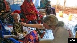 Dr. Monica Thallinger merawat seorang anak yang kekurangan gizi parah di tenda ruang gawat darurat yang didirikan Doctors Without Borders di kamp Hilaweyn, Ethiopia.