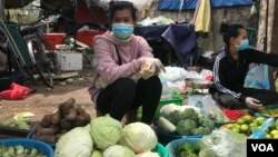 Sok Sreyrath sells produce at Phsar Doeurm Kor market during Cambodia's two-week lockdown, in Phnom Penh, Cambodia, April 15, 2021. (Thida Win/VOA Khmer)