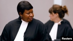 Fatou Bensouda (kiri), Kepala jaksa Mahkamah Kejahatan Internasional (ICC) di Den Haag.