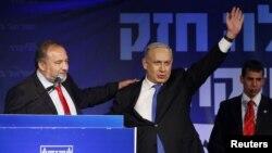 """آویگدور لیبرمن (چپ) رهبر حزب راست افراطی """"اسرائیل خانه ما"""" در کنار بنیامین نتانیاهو نخست وزیر اسرائیل - آرشیو"""