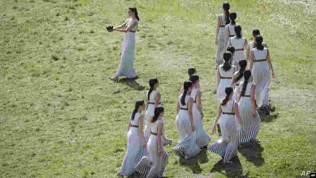 그리스 올림피아에서 고대 그리스의 여사제 복장을 한 배우들이 2020 도쿄 올림픽 성화 채화 의식 리허설을 진행하고 있다.