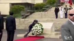 日本首相安倍向美军墓地献花圈