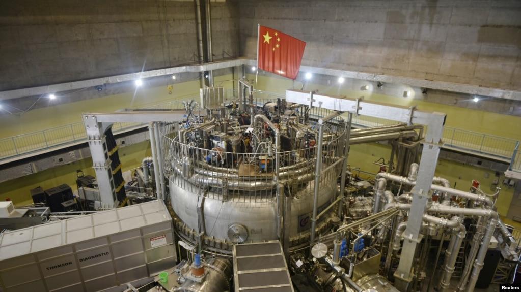 中国安徽省合肥市核聚变反应堆上悬挂一面中国国旗。(2018年11月14日)