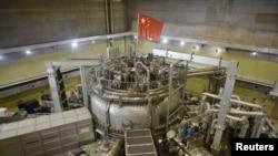 ທຸງຊາດຂອງຈີນ ແມ່ນເຫັນຕິດຕັ້ງຢູ່ເທິງເຄື່ອງທົດລອງວັດຖຸດູດກະແສໄຟຟ້າສຸດຍອດທີ່ທັນສະໄໝ ຫຼື Experimental Advanced Superconducting Tokamak (EAST), ທີ່ເປັນເຄື່ອງປະຕິກອນນິວເຄລຍຟີວຊັ້ນ ໃນເມືອງເຮເຟ ແຂວງອານຮຸຍຂອງຈີນ, ວັນທີ14 ພະຈິກ 2018.