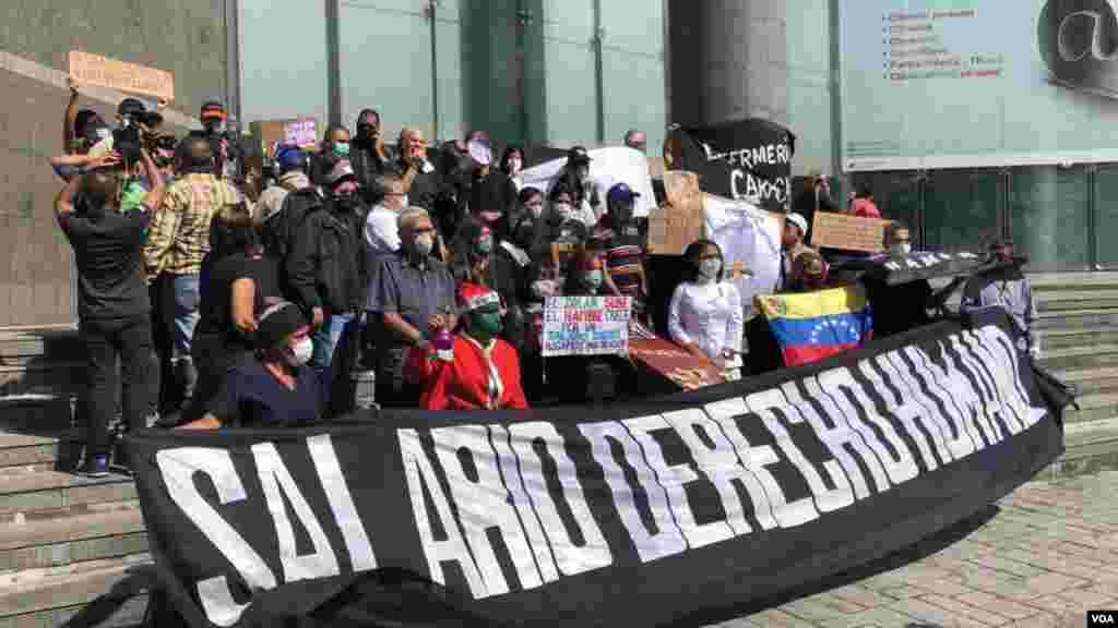 """""""Eso no alcanza ni para comprar un litro de leche, muchísimo menos un kilo de pollo. ¿Cómo se puede mantener una familia venezolana con ese sueldo? No es viable"""", afirmó a la VOA Hilda Ruiz González, médico que se encontraba en la protesta."""