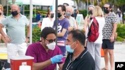 میامی بیچ کے ایک طبی مرکز میں لوگ کرونا سے بچاؤ کی ویکسین لگوا رہے ہیں۔ 4 اگست 2021