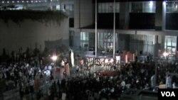 香港支持和反对国民教育科的两个团体分别在香港政府总部外集会(美国之音 谭嘉琪拍摄)