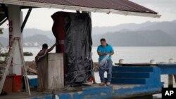 Sebuah SPBU laut ditutup untuk persiapan datangnya Badai Earl di Puerto Barrios, Guatemala Selasa (2/8).