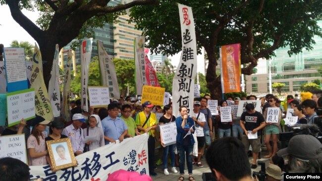 Công nhân Việt Nam tại Đài Loan biểu tình đòi nhà chức trách điều tra vụ anh Nguyễn Quốc Phi bị cảnh sát bắn chết.