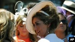 Người dân đến trường đua với quần áo thật sang trọng: nam thì áo vét và cà vạt, còn nữ thì áo đầm với những chiếc nón lộng lẫy đắt tiền.
