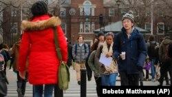 ARCHIVO- Estudiantes en el campus de Brooklyn College, Nueva York. Foto sin fecha.