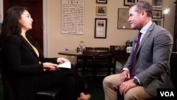 آقای والتس در مصاحبه با لینا روزبه از صدای امریکا گفت که جنگ افغانستان را نمی توان با کاهش و یا خروج سربازان خارجی از افغانستان پایان داد.