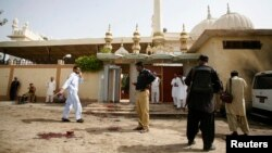 Nhân viên an ninh đến địa điểm tấn công bên ngoài đền thờ Hồi giáo ở Quetta, Pakistan, 8/8/13