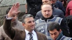 ندیم سنر، خبرنگار روزنامه ملیت پس از بازداشت در استانبول