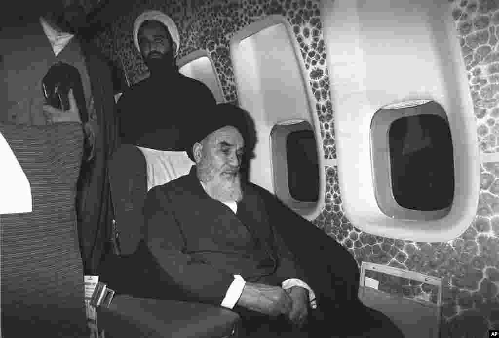 آیت الله روح الله خمینی در داخل هواپیمای دربستی که قرار است وی را از پاریس به تهران ببرد. هواپیما تا چند دقیقه به راه خواهد افتاد؛ و انتظار می رود میلیون ها نفر به استقبال وی بروند – ۱۲ بهمن ۱۳۵۷