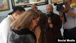 Tổng Lãnh sự Hoa Kỳ Marie Damour và phái đoàn đến viếng lễ tang Tăng Thống Thích Quảng Độ, ngày 24/02/2020. Photo Facebook Hong Quang Nguyen