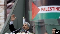 Pemimpin Hamas Khaled Meshaal berpidato di depan kerumunan massa di Jalur Gaza dalam acara peringatan 25 tahun berdirinya organisasi Hamas (8/12).